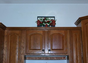 Simple Tips For Decorating Your Cabinet Tops Without a 2x4